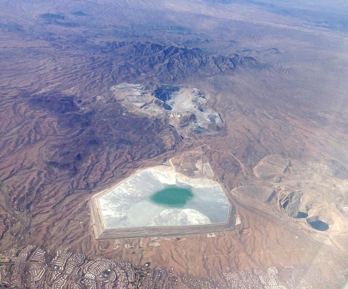 Several large copper(-gold) mines can be spotted from the plane on the short 50-minute flight between Phoenix and Hermosillo.